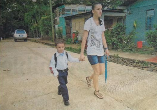 Niño con grave afección en la piel regresa a clases