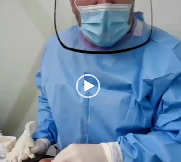Realizando una cirugía con todas las medidas de seguridad, siguiendo los protocolos del Ministerio de Salud.